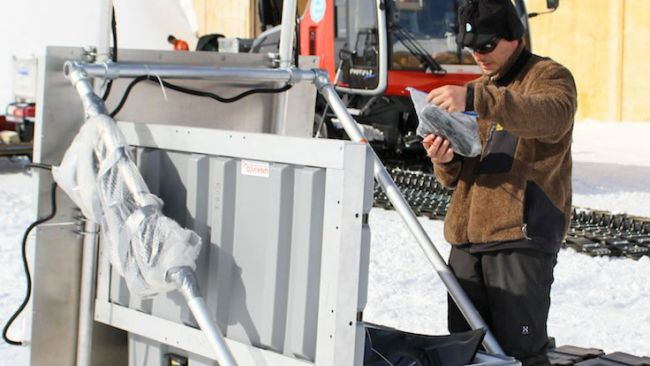 Installing a new GPS station for IceCon