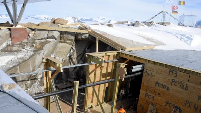 A gaping hole where the south garage used to be - © International Polar Foundation / Jos Van Hemelrijck