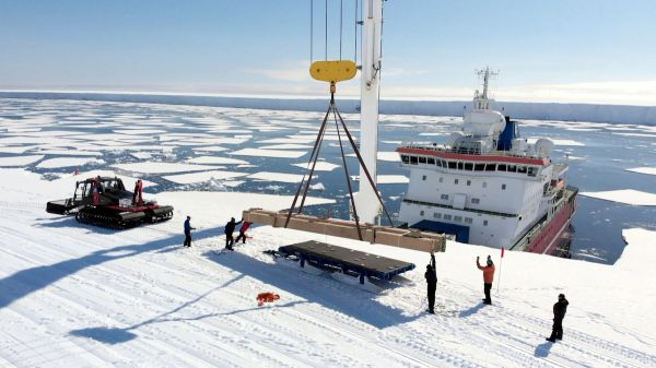 Unloading supplies at the Dronning Maud Land Coast - © International Polar Foundation
