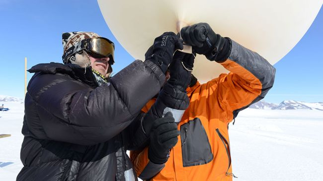 Alexander and Quentin tying up a weather balloon before releasing it - © International Polar Foundation / Jos van Hemelrijck