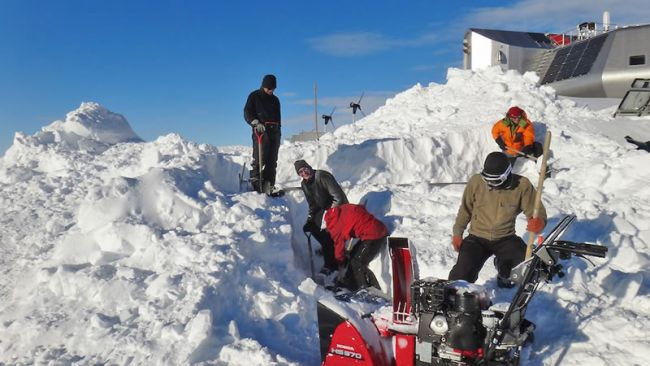 NIPR scientists giving a hand - © International Polar Foundation