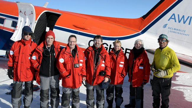 Alain Hubert (far right) poses with the German delegation - © International Polar Foundation / Jos Van Hemelrijck