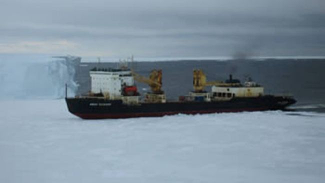 The ship beginning to force his way through the ice of the Crown bay - Copyright: International Polar Foundation - © International Polar Foundation