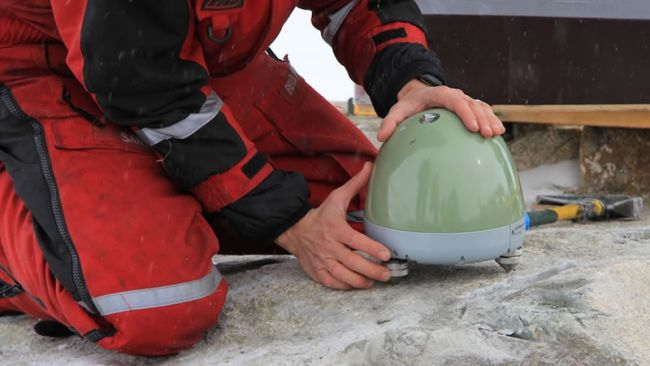 Denis Lombardi installing the seismometer - © International Polar Foundation
