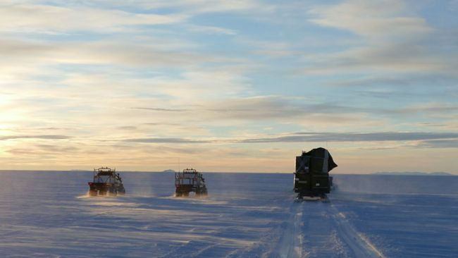 The customised Toyota Hiluxes follow a Prinoth on the journey back from the coast - © International Polar Foundation / Jos Van Hemelrijck