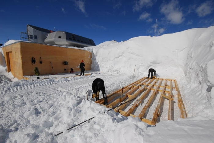 The foundations. No concrete; a layer of wood, a layer of snow, and so on... - International Polar Foundation / René Robert