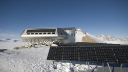 Photovoltaic solar panels - International Polar Foundation / René Robert