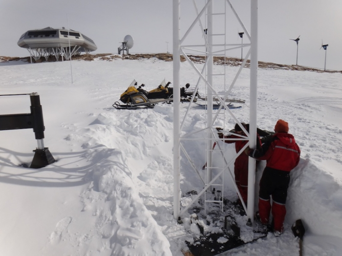 Erecting a new antenna mast at Princess Elisabeth Antarctica - International Polar Foundation/Alain Hubert