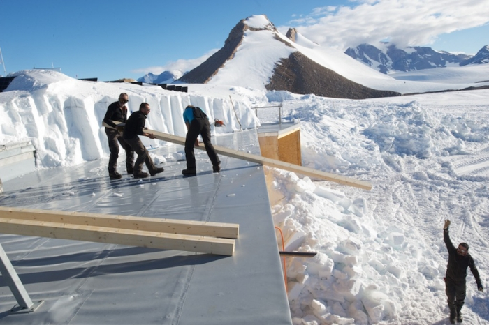 Constructions work at Princess Elisabeth Antarctica - International Polar Foundation/Alain Hubert