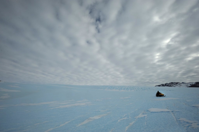 Surveying the Gunnestadt Glacier to install the seismometer - International Polar Foundation